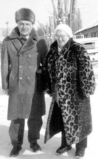 Граф Доминик де Беллег, президент Французской рысистой Ассоциации (SECF), и А.М. Ползунова на фоне школы наездников