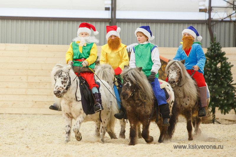 """Выступление пони-клуба """"Верона"""" на новогоднем празднике. Фото Анастасии Ветковской."""