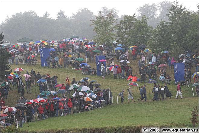 Зрители под дождем
