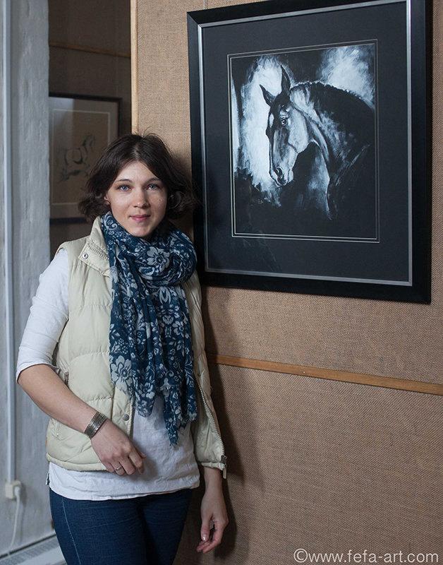 Я на фоне портрета мерина донской породы Галстука. Выставка в Музейно-выставочном манеже «Золотой конь»  КСК Левадия