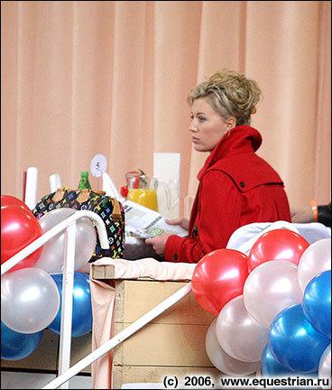 Г-жа Вита Козлова наблюдает за выступлением Ольги Слащевой