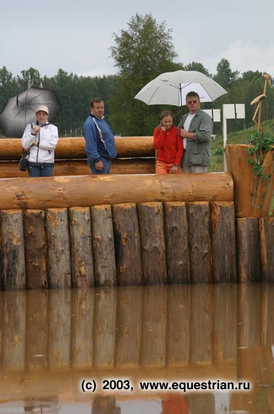 Зрители осматривают водное препятствие