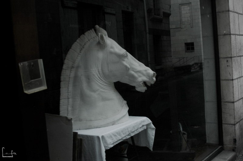 Витрина магазинчика для художников в Сомюре.