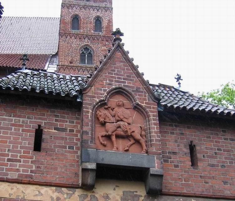 Каменный Барельеф в замке Мальборк в Польше, 2005 год, дождливый майский день