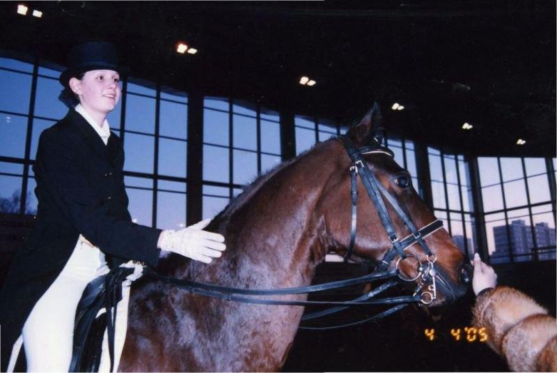 почти три года назад на моем первом коне... Так скучаю по нему =(