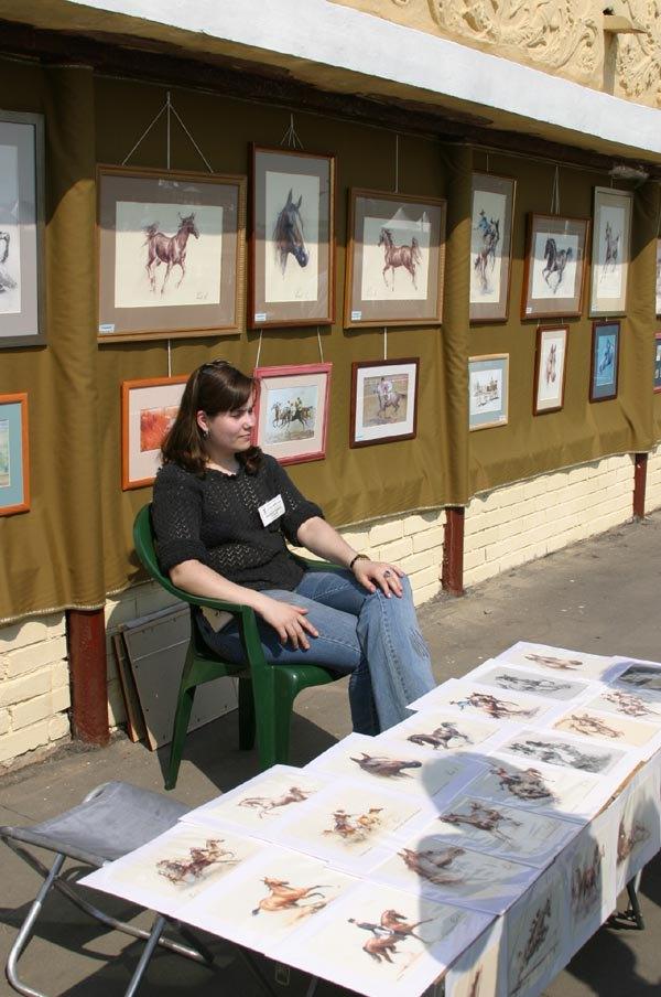 Картинная галерея в день открытия скакового сезона.