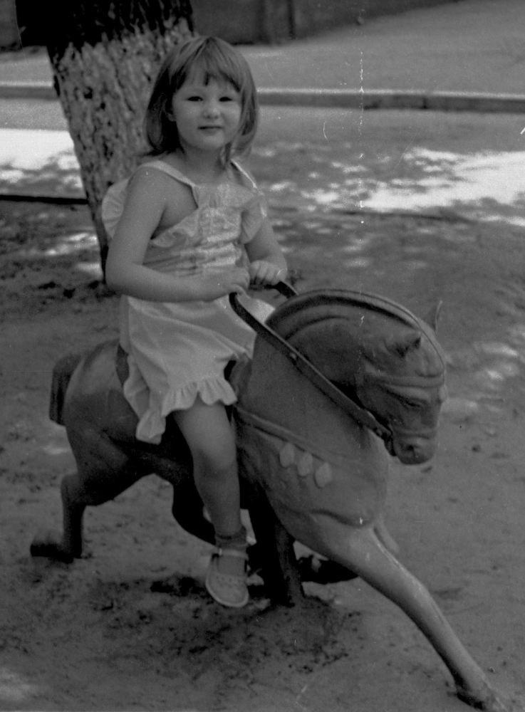 Память о наших детских героях :), продолжение серии. Это Алмаз (карусельная лошадка). на нем сестричка в 9 лет :))) мне эта фота нравится больше - калибр сеcтры более подходит к размерам лошади и ракурс удачный.
