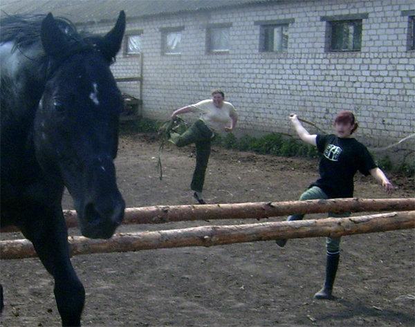 Старая фишка-при прыжке лошади ногу задирают :)