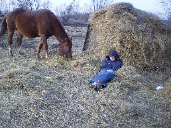 Я чёто так хорошо уснула там на сене))