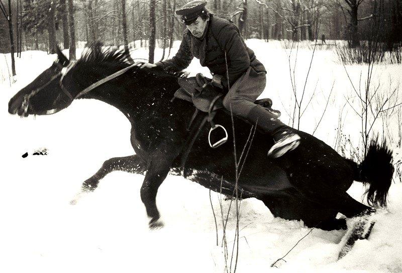 На тренировке каскадёр А.Ходюшин садиться в седло после завала кобылы Исфана.