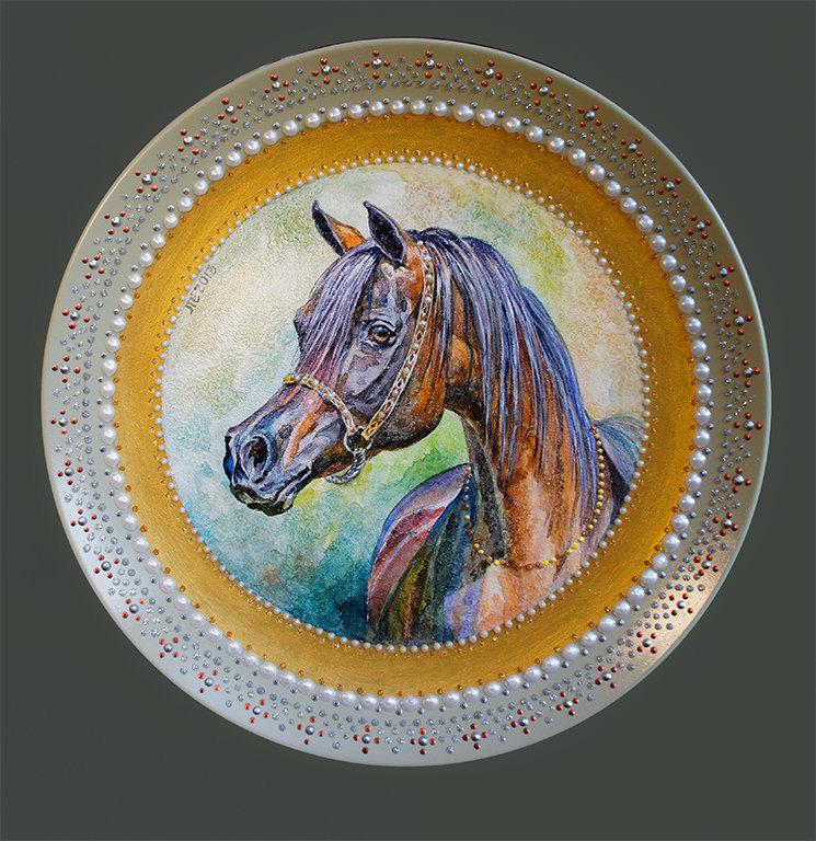 тарелка с изображением арабской лошади и декором