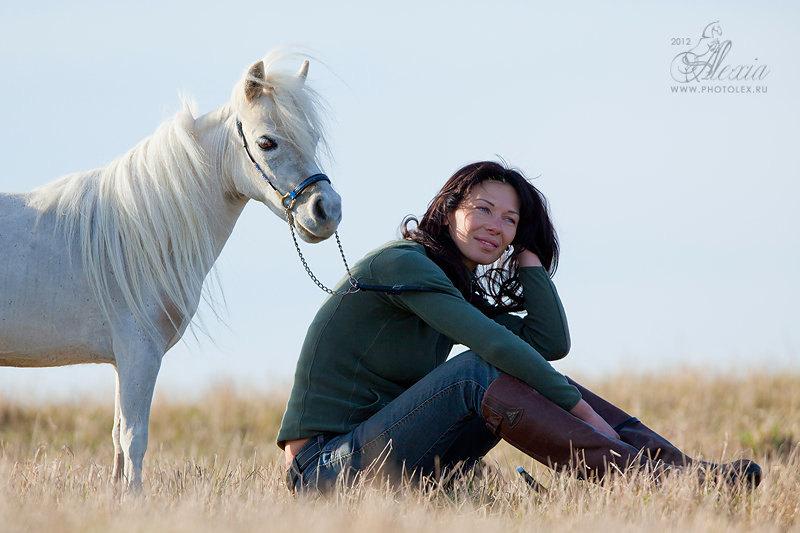 Американская миниатюрная лошадь Honey,всего 64 см в холке.Наши любимые прогулки вдвоем.