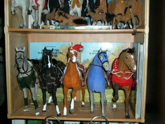 ...вверх-ещё полки с лошадьми)) Но они все меньше.....