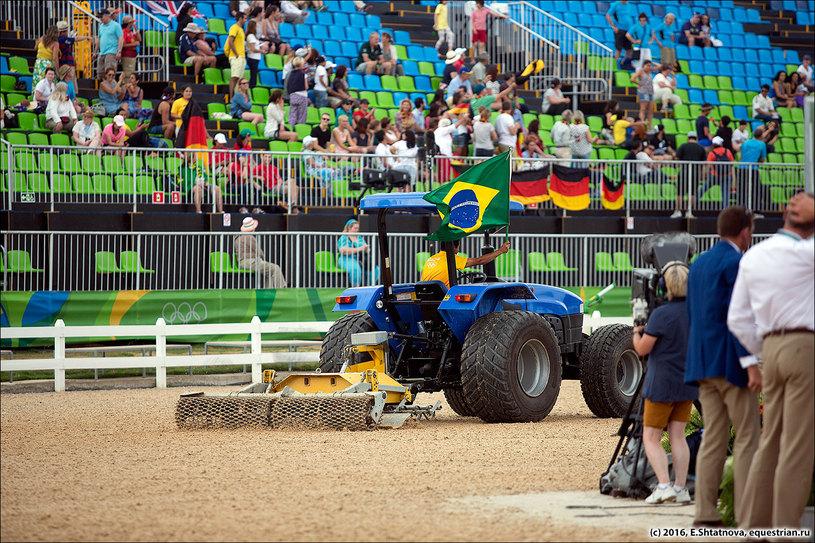 Шоу тракторов в перерыве.