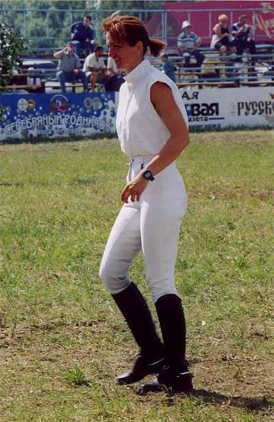 Лариса Борисова осматривает маршрут конкура.