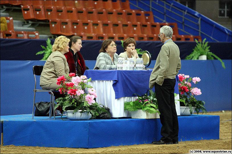 Судьи обсуждают соревнования