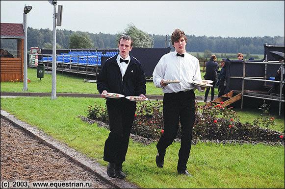 Во время выступлений официанты разносили судьям горячую еду