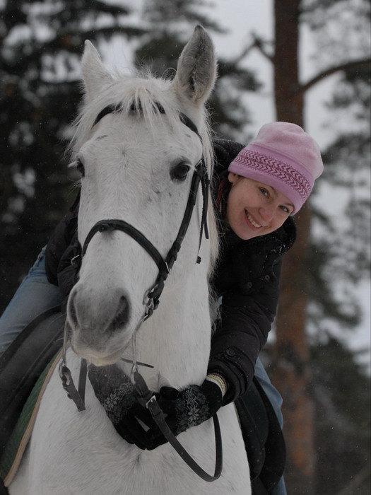 Счастливая Вика на лошади =))