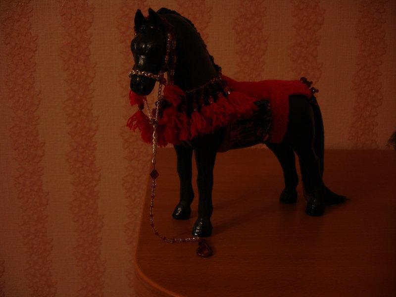 сделана из скульптурного пластилина,покрыта специальным раствором,масляными красками и лаком