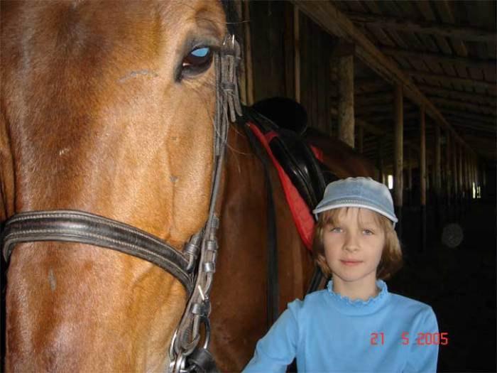 Такая маленькая и самый высоий конь в конюшне...А ведь слушается!!