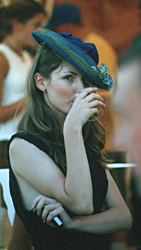 Фотомодели представляли продукцию фирмы Гермес, а также коньяк и сигары.