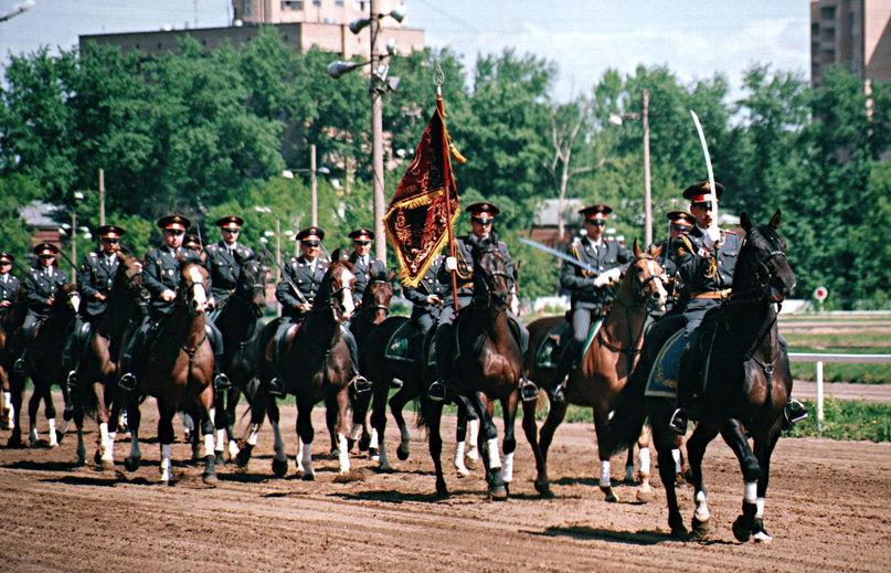 Подразделение конной милиции в парадном строю.