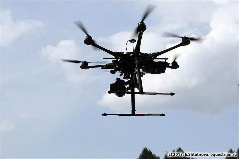 Вертолет с видео-камерой облетает поле