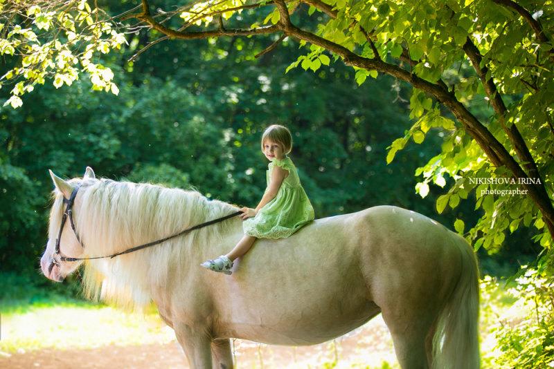 Девочка с детства влюблена в лошадей