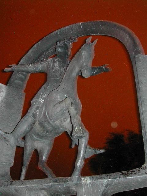 Минск. Скульптурная композиция фозле театра Музкомедии (фрагмент). 2006 г.