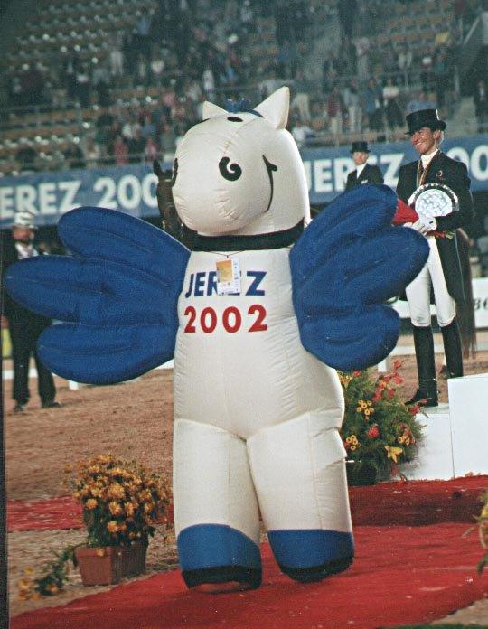 Талисман игр, крылатая лошадка Фино, приветствует гостей соревнований.