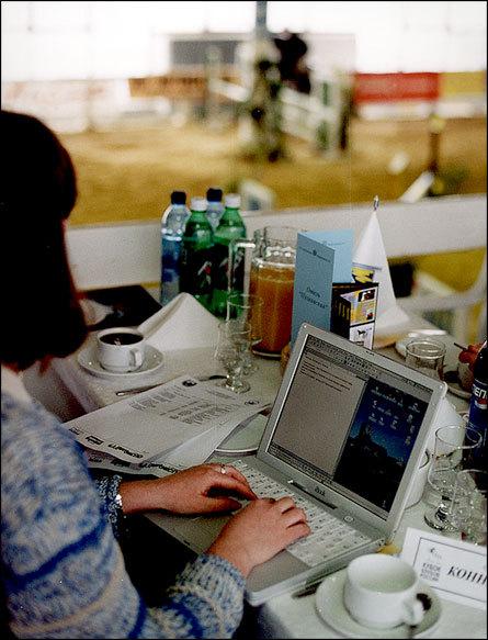 Редактор сайта equestrian.ru записывает результаты соревнований